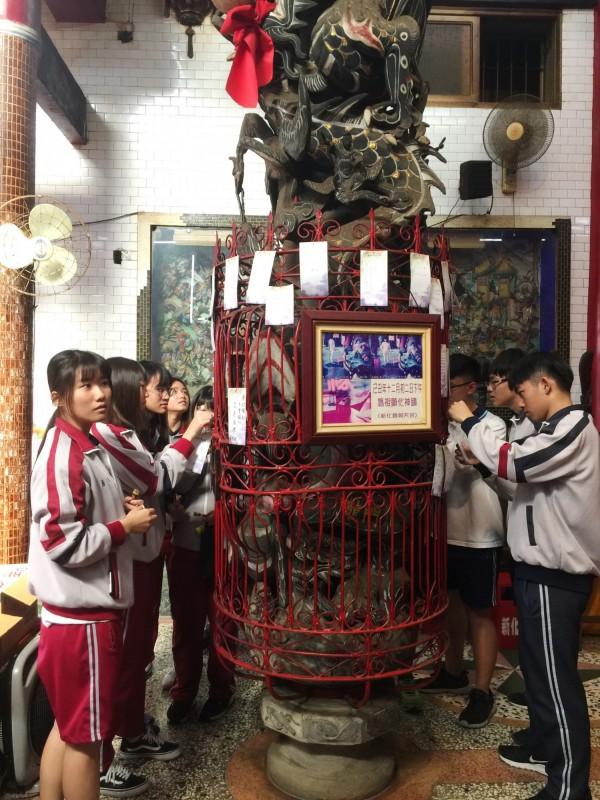 學子們將心願卡掛置在龍柱上,向神明祈福。(記者吳俊鋒翻攝)