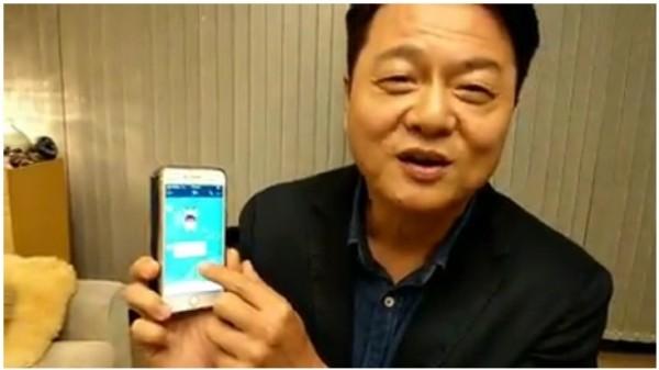 周錫瑋在臉書直播秀他與朱立倫的對話,表示兩人關係友好。(翻攝自周錫瑋臉書)
