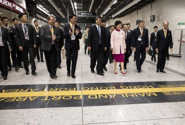 中國「廣深港高鐵」香港路段的西九龍站,實施「一地兩檢」方案,部分區域受中國法律管轄。圖為香港、廣東兩地政府官員去年9月出席開通儀式。(美聯社檔案照)
