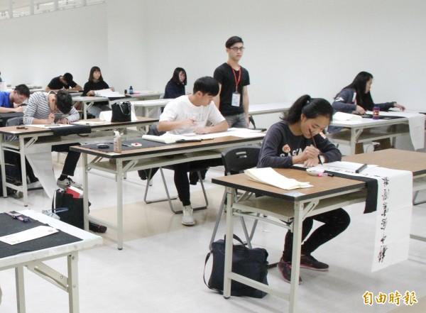 全國高中生書法比賽在長榮大學登場。(記者吳俊鋒攝)