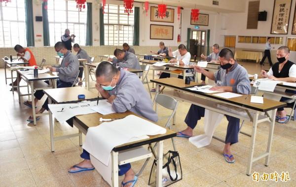長榮大學首度進入台南監獄開辦書法比賽,讓受刑人有機會參加。(記者吳俊鋒攝)