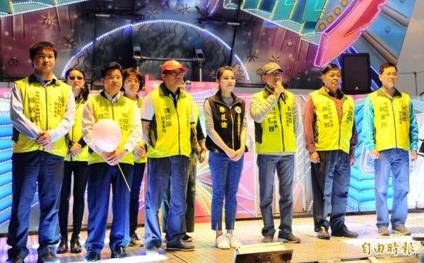 黃偉哲曾文溪競選後援會總幹事張仁郎(右3)等團隊成員到場力挺受到注目。(記者楊金城攝)