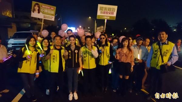 台南市第二選區立委補選的參選人陳筱諭(前左4),今晚6點在麻豆首度舉辦造勢晚會、掃街活動。(記者楊金城攝)