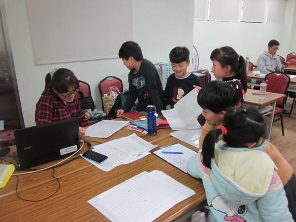 高市鼓山圖書館邀請文字工作者林芳琦舉辦寫作小學堂。(記者王榮祥翻攝)
