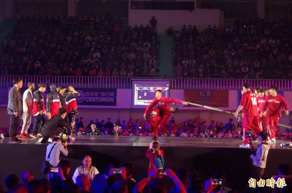 嘉義築夢者隊展現精湛舞技,力抗紐約冠軍隊。(記者王善嬿攝)
