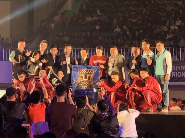 嘉義築夢者隊以3比1獲勝,嘉義獲頒街舞首都錦旗。(記者王善嬿翻攝)
