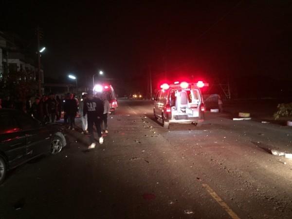 自小客車上4名乘客緊急送醫。(記者蔡宗勳翻攝)