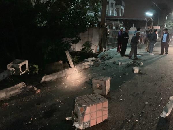 車禍現場一片狼藉,民宅門口右牆柱也被撞斷。(記者蔡宗勳翻攝)