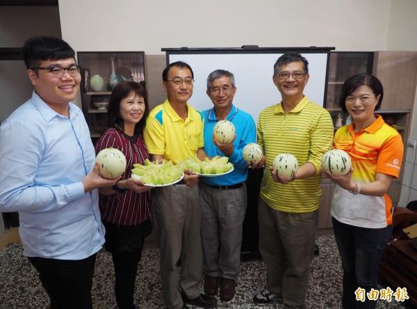 草屯農會總幹事蕭忠郁(右2)等人,也來讚聲支持李文宏(左3)種的「斑比」洋香瓜。(記者陳鳳麗攝)