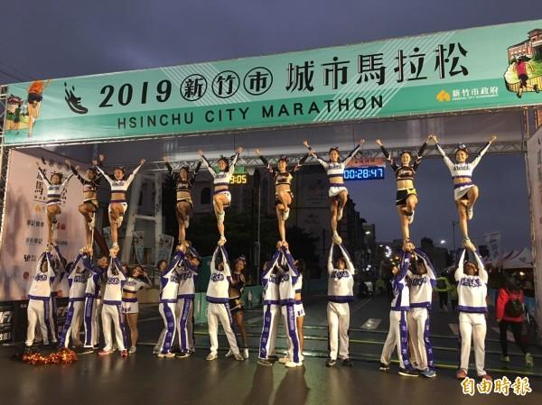 2019新竹城市馬拉松今天清晨在樹林頭公園廣場的細雨中開跑,有8500人熱情參與,跑者可跑進新竹市區,還有172隊啦啦隊為跑者加油,感受城市熱情。(記者洪美秀攝)