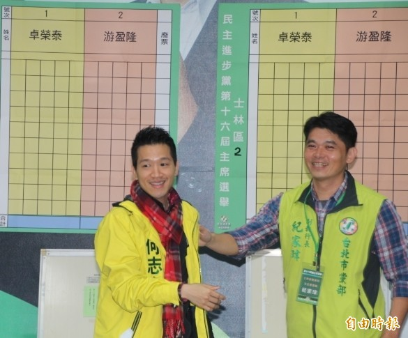 前民进党议员何志伟(左)到北市承德路投票,谈对未来党主席的期许。(记者锺泓良摄)