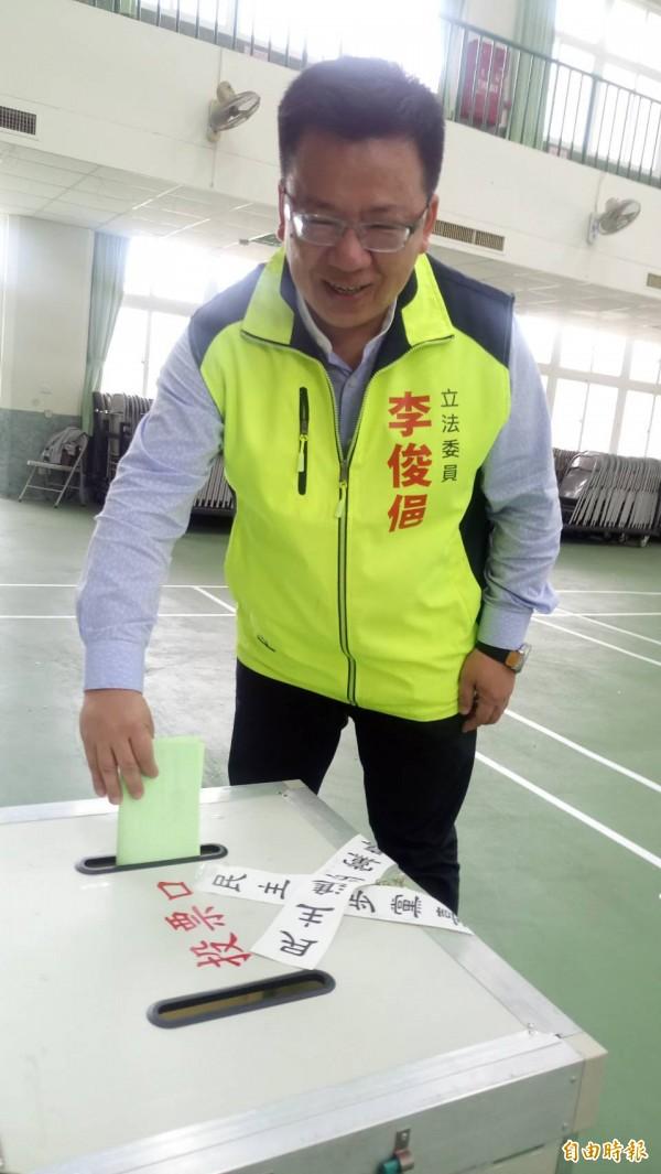 李俊俋說,兩位候選人都是中生代,也都經辯論會說明理念,呼籲黨員踴躍投票,選心目中屬意的人選。(記者王善嬿攝)