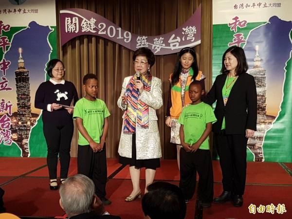 前副总统吕秀莲(左三)。(记者谢君临摄)