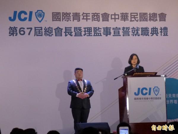 总统蔡英文(右)和国际青年商会中华民国总会新任总会长林恩亿(左)。(记者李雅雯摄)