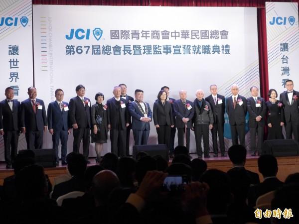 总统蔡英文(中)出席国际青年商会中华民国总会总会长暨理监事宣誓就职典礼,和现场人士合影。(记者李雅雯摄)