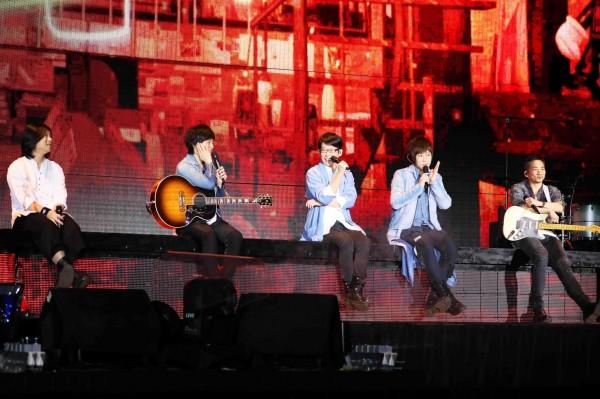 五月天結束台中巡迴演唱會,寒冬送暖捐出1000萬元,幫助台中社福機構。(相信音樂提供)