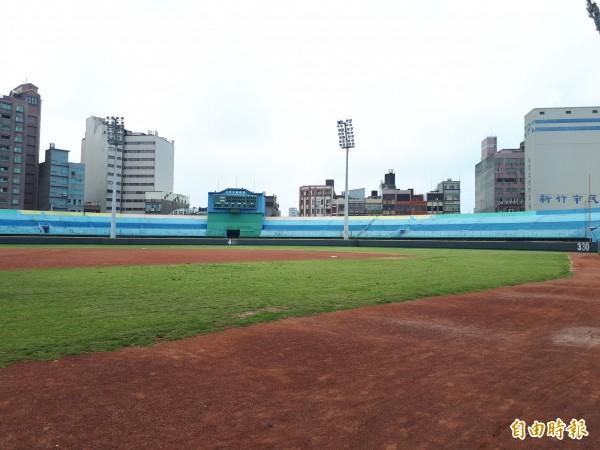 新竹市立棒球場重建案,歷經六次流標後,前幾天第七次招標,終於有兩家廠商投標,並評選出最優廠商,預計32個月工期後,2021年底完工,力拚趕上2022年的職棒球季開打。(記者洪美秀攝)