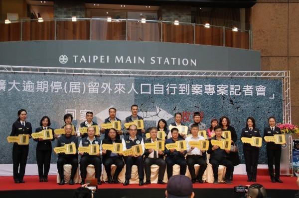 移民署在台北車站一樓大廳舉辦記者會。(記者王冠仁翻攝)