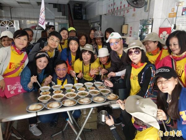 「愛吃天團」,由團長余政隆(前排左3蹲者)帶著團員到哈瑪星品嘗當地肉圓、米糕小吃。(記者方志賢攝)