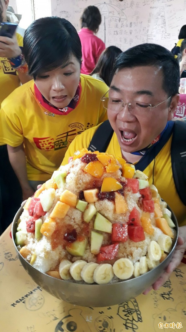 「愛吃天團」,透過共食概念,團員共同分享20人分的水果冰。(記者方志賢攝)
