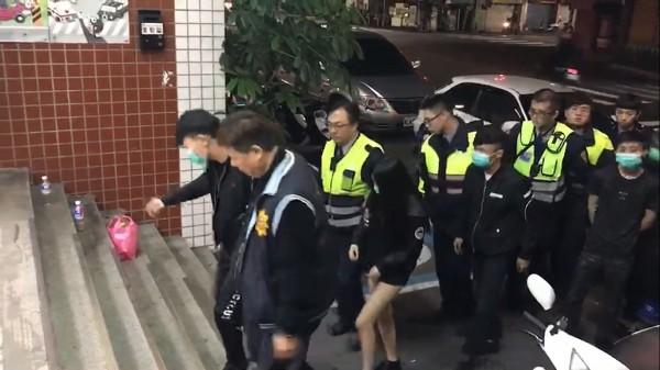 警方帶回行兇的林少與當事的鄭女等7人。備註:照片來源為三重分局。(記者曾健銘翻攝)