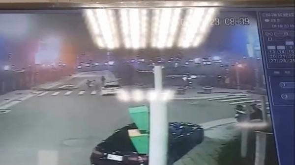 路口監視器拍下雙方在馬路上扭打。備註:照片來源為三重分局。(記者曾健銘翻攝)