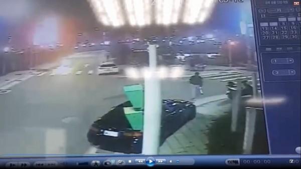監視器拍下其中一人帶著武器到場。備註:照片來源為三重分局。(記者曾健銘翻攝)