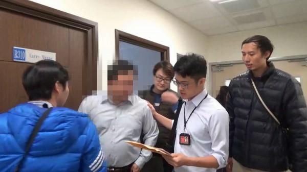 刑事局警方搜索帶回6名前後任高階主管。(記者姚岳宏翻攝)