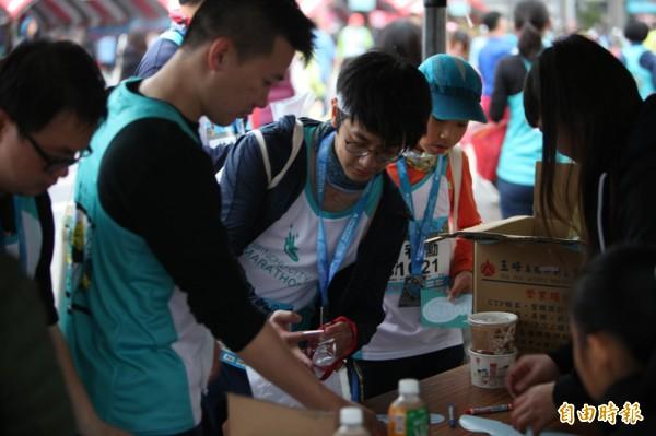 新竹城市馬拉松賽事超有愛!1753名跑者捐晶片助竹市基層弱勢運動學生!(記者洪美秀攝)