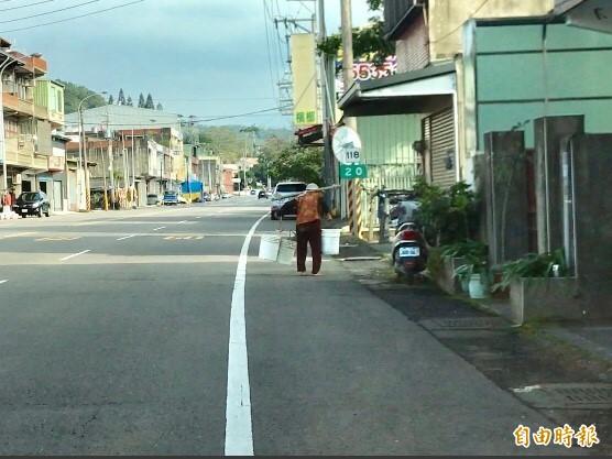 新埔、關西境內老人比例高,很多老人家橫越車水馬龍的道路去種菜,用路人稍有不慎就容易造成遺憾,新埔分局因此對用路人宣導一起來護老。(記者黃美珠攝)