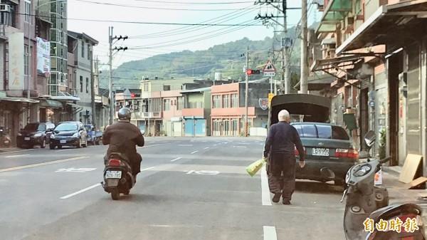 新竹縣新埔警分局分析發現,境內老人的車禍意外跟其他用路人有很大關係,所以從去年下半年開始,把對用路人宣導護老的工作BOT委外執行,成效不錯。(記者黃美珠攝)