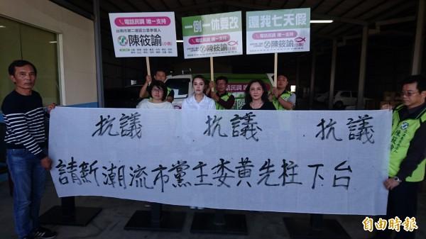 民進黨台南市第二選區立委補選提名將採徵召,陳筱諭(中)和支持者抗議。(記者楊金城攝)