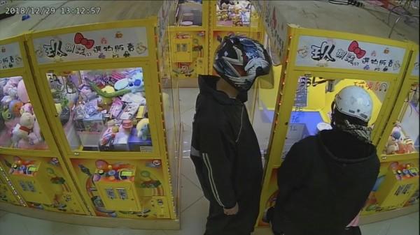 監視器拍下潘、沈兩人犯案時的畫面(記者吳昇儒翻攝)
