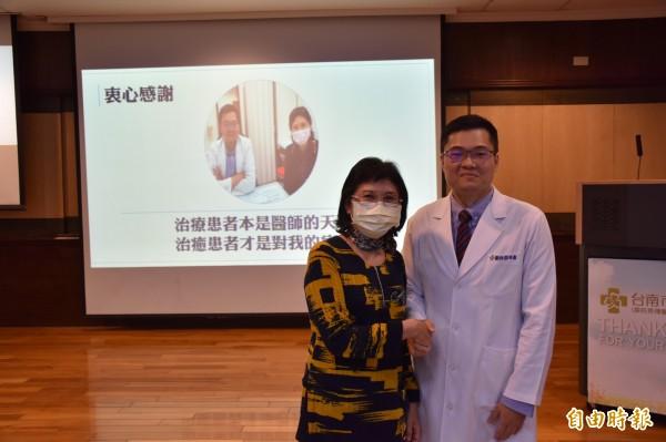 林姓乳癌患者接受台南市立醫院中醫師郭祐睿(右)中醫藥調理,病情穩定,不需再做化療,西醫繼續追蹤。(記者王俊忠攝)