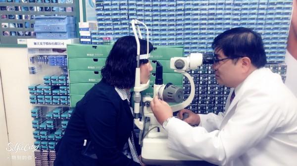 洪啟庭(右)建議減少使用智慧型手機時間,使用合格保護貼,防止藍光對眼睛傷害。(記者洪臣宏翻攝)