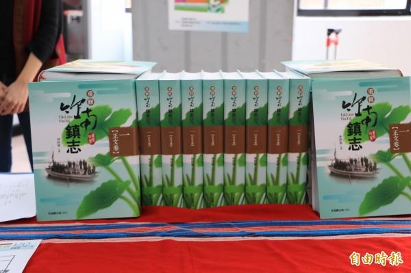 竹南鎮公所發送竹南鎮志給各家戶,有些民眾收到開心,但有人卻批評浪費錢。(記者鄭名翔攝)