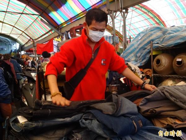 「小賀」曾從大老闆淪街友,在環保市場賣二手衣重新出發。(記者蘇孟娟攝)