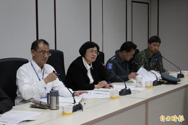 彰化縣長王惠美(左2)主持跨局處會議討論防疫業務。(記者張聰秋攝)