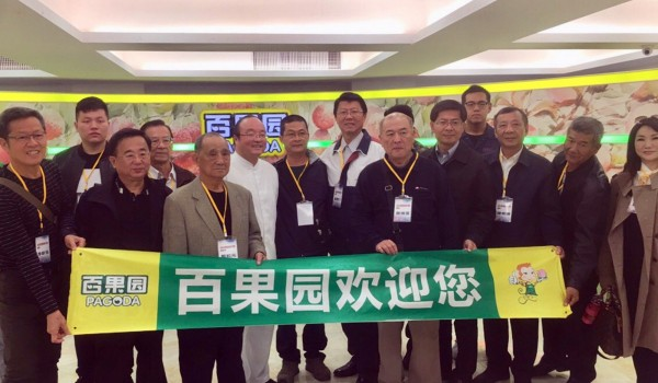 谢龙介(后排中)目前人在中国。他发起「台南市农渔业经贸交流团」,率团赴中国行销农渔产品。(国民党南市党部提供)
