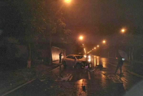 小客車欲閃避從路口出來的聯結車,因車速過快加上天雨路滑,失控衝入對向車道,撞擊路旁行道樹。(記者彭健禮翻攝)