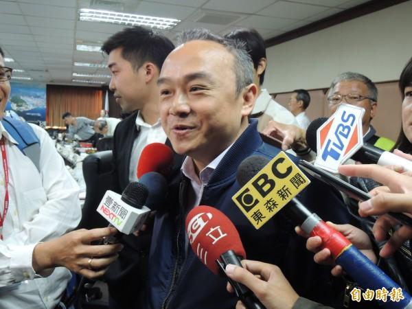 高市觀光局長潘恆旭今說明冷泉加熱變溫泉的邏輯。(記者王榮祥攝)
