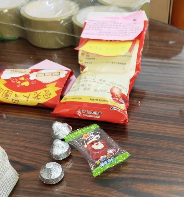 學生捐出愛心紅包袋,也拿糖果慰勞華山台東愛心天使站的站長,讓站長備感窩心。(記者王秀亭翻]攝)