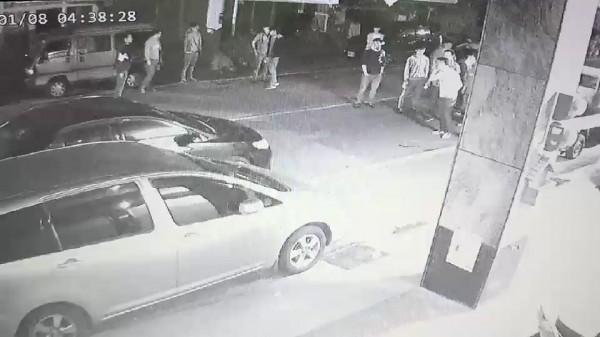 花蓮兩派年輕人在附近卡拉OK飲酒作樂,其中2人因酒後擦撞起衝突,現場遺留子彈。(記者王錦義翻攝)