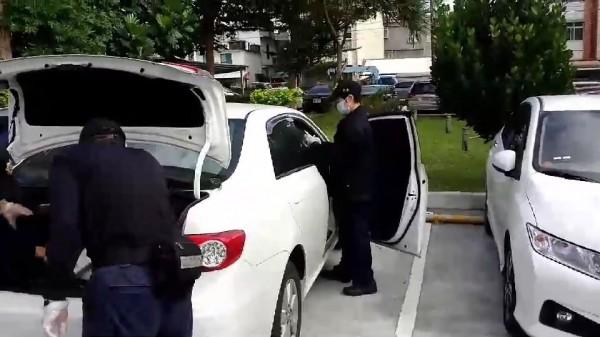 花蓮兩派年輕人在附近卡拉OK飲酒作樂,其中2人因酒後擦撞起衝突,現場遺留子彈,警方調查現場車輛。(記者王錦義翻攝)