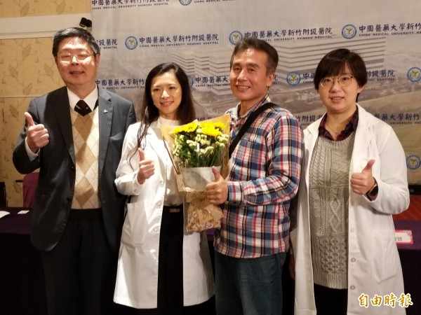 60歲江姓男子(右二)罹患直腸癌,中國醫藥大學新竹附設醫院醫療團隊以「3D腹腔鏡影像系統」進行微創手術,成功保住江男的肛門,且6天後就出院。(記者廖雪茹攝)