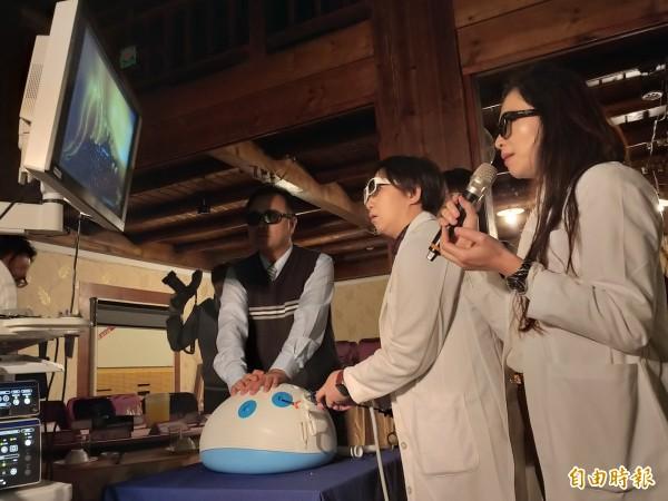中醫大新竹附醫大腸直腸科主任沈名吟(右)與主治醫師黃郁純(中)等現場示範操作3D腹腔鏡影像系統儀器,說明傳統2D與新式3D的不同。(記者廖雪茹攝)