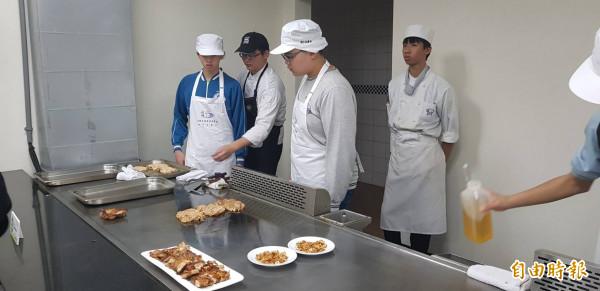 基隆國中技藝教育成果發表會1月8日在經國學院登場;圖為小老師帶學生嘗試在鐵板燒烤牛排。(記者俞肇福攝)