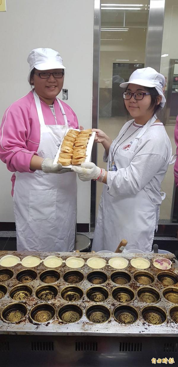 基隆市信義國中九年級學生陳禹潔(左)、李佳恩(右)報名參加餐旅職群體驗,陳禹潔親自烤車輪餅,讓媽媽開心不已。(記者俞肇福攝)