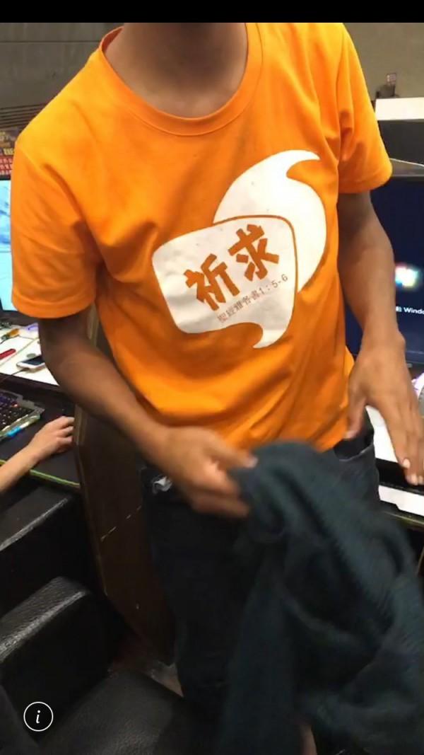 新竹縣林姓慣竊特別穿上這件印有「祈求」兩個大字的T恤,求老天爺保佑他不要被抓,沒想到還是被警方逮到人。(圖由警方提供)