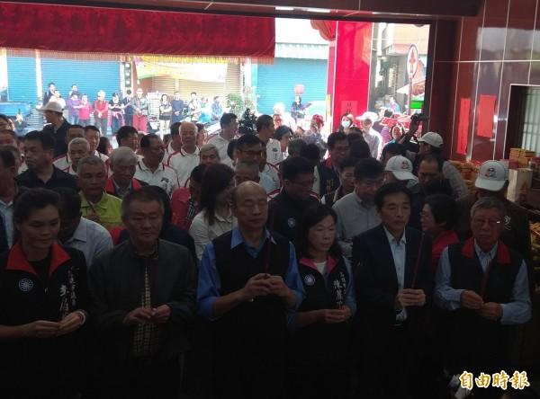 韓國瑜(左三)改口說「平平安安比賺大錢更重要」。(記者洪定宏攝)